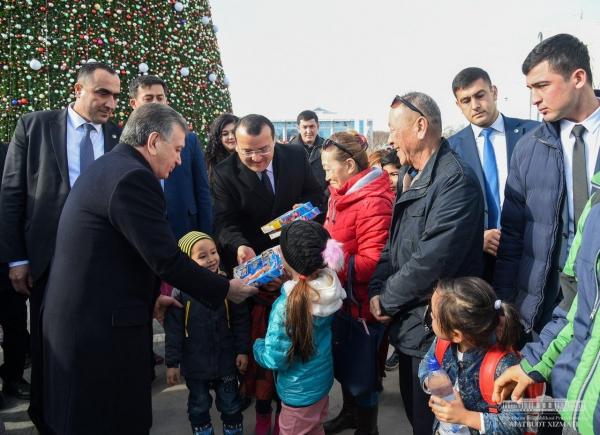 Президент посетил главную ёлку страны и поздравил узбекистанцев с наступающим праздником (фото)