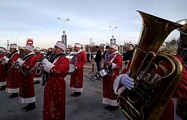 Деды Морозы Военного оркестра Минобороны Узбекистана завоевали Ташкент