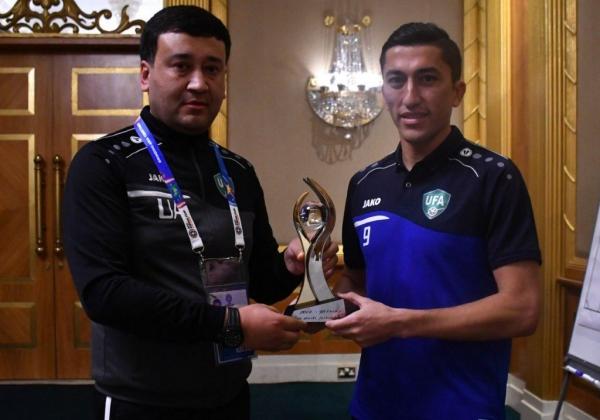 Накануне матча с Оманом Одилу Ахмедову вручен приз «Лучший футболист 2018 года»