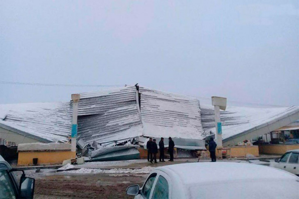 В Хорезмской области ветер сорвал крышу дехканского рынка