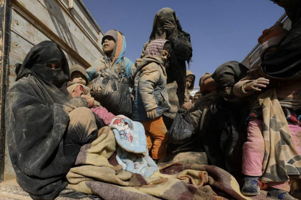 С подконтрольных ИГИЛ в долине Евфрата бежали десятки жен и детей боевиков