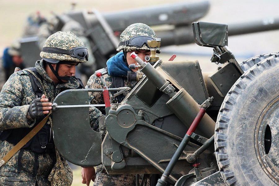 Артиллеристы ВС Узбекистана отрабатывают новые способы ведения огня