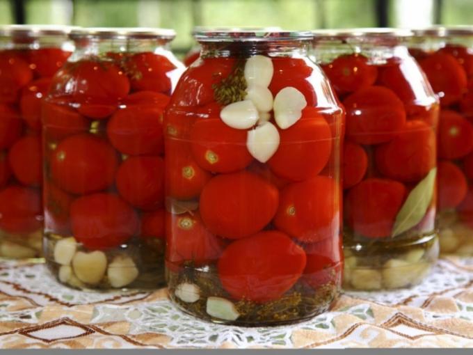 В Джизакской области 8 человек отравились консервированными помидорами
