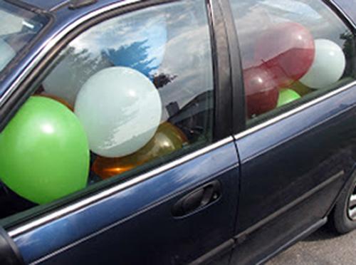 Воздушные шары, наполненные газом, взорвались в автомобиле под окнами роддома