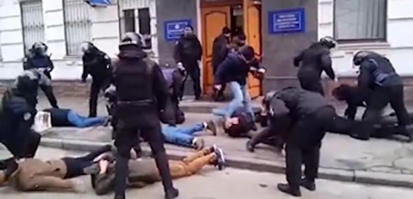 В Киеве 40 человек устроили драку с полицией