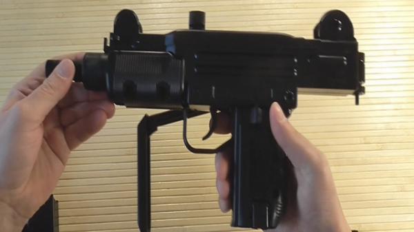 Десятиклассник принёс в школу пневматический пистолет-пулемет