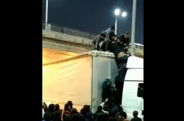 Люди и правоохранители спасли мужчину, повисшего на куйлюкском мосту (видео)