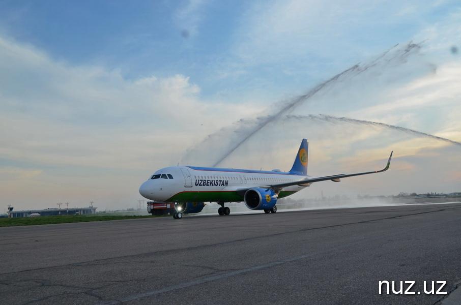 В Ташкентском аэропорту впервые применили водяную арку и обмыли новейший самолет Airbus A320neo (фото)