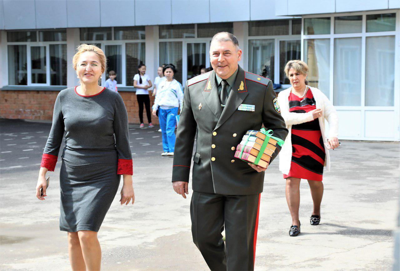 Начальник Генштаба ВС Узбекистана включился в акцию и подарил личные книги одной из школ Ташкента