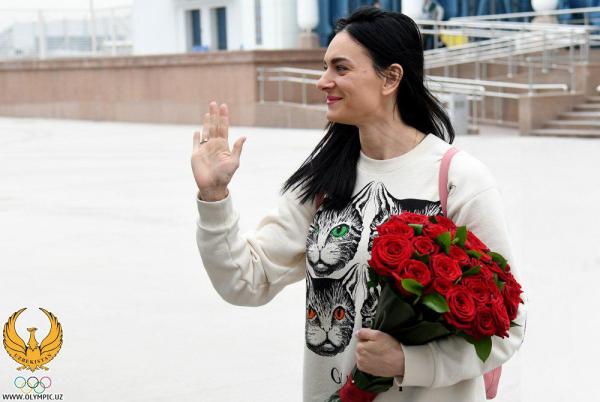 Елене Исинбаевой устроили торжественную встречу в ташкентском аэропорту