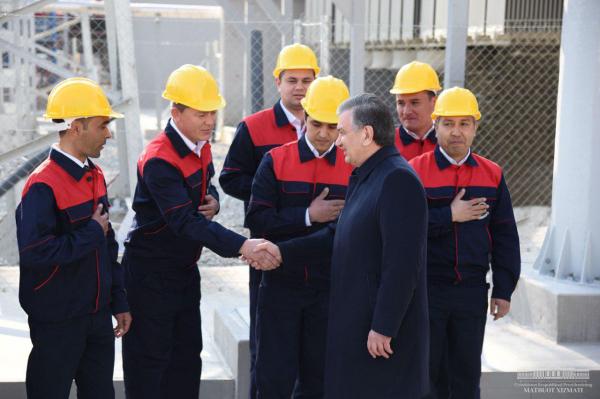 Президент ознакомился с ходом монтажа второй парогазовой установки в Навоийской ТЭС (фото)