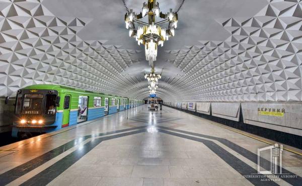 Остановившийся между станциями поезд нарушил работу ташкентского метрополитена (видео)