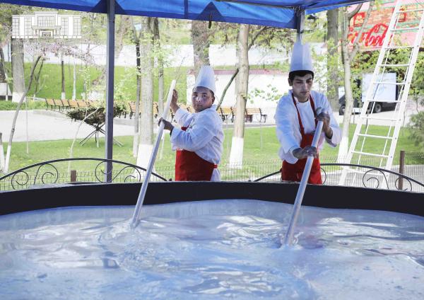 В Ташкенте началось приготовление 7-тонного сумаляка