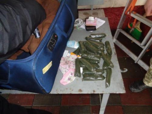Гражданин Узбекистана пытался ввезти в Украину 2,5 кг наркотиков в подкладке куртки