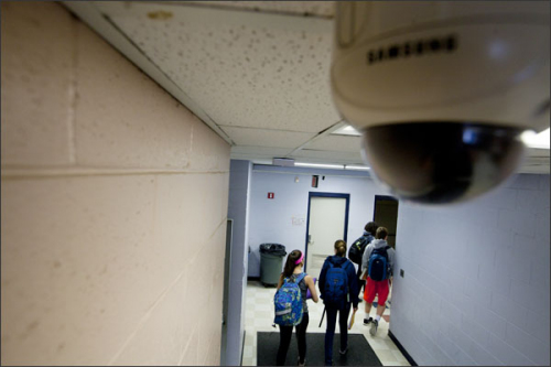 В раздевалках столичной школы обнаружены и демонтированы камеры видеонаблюдения