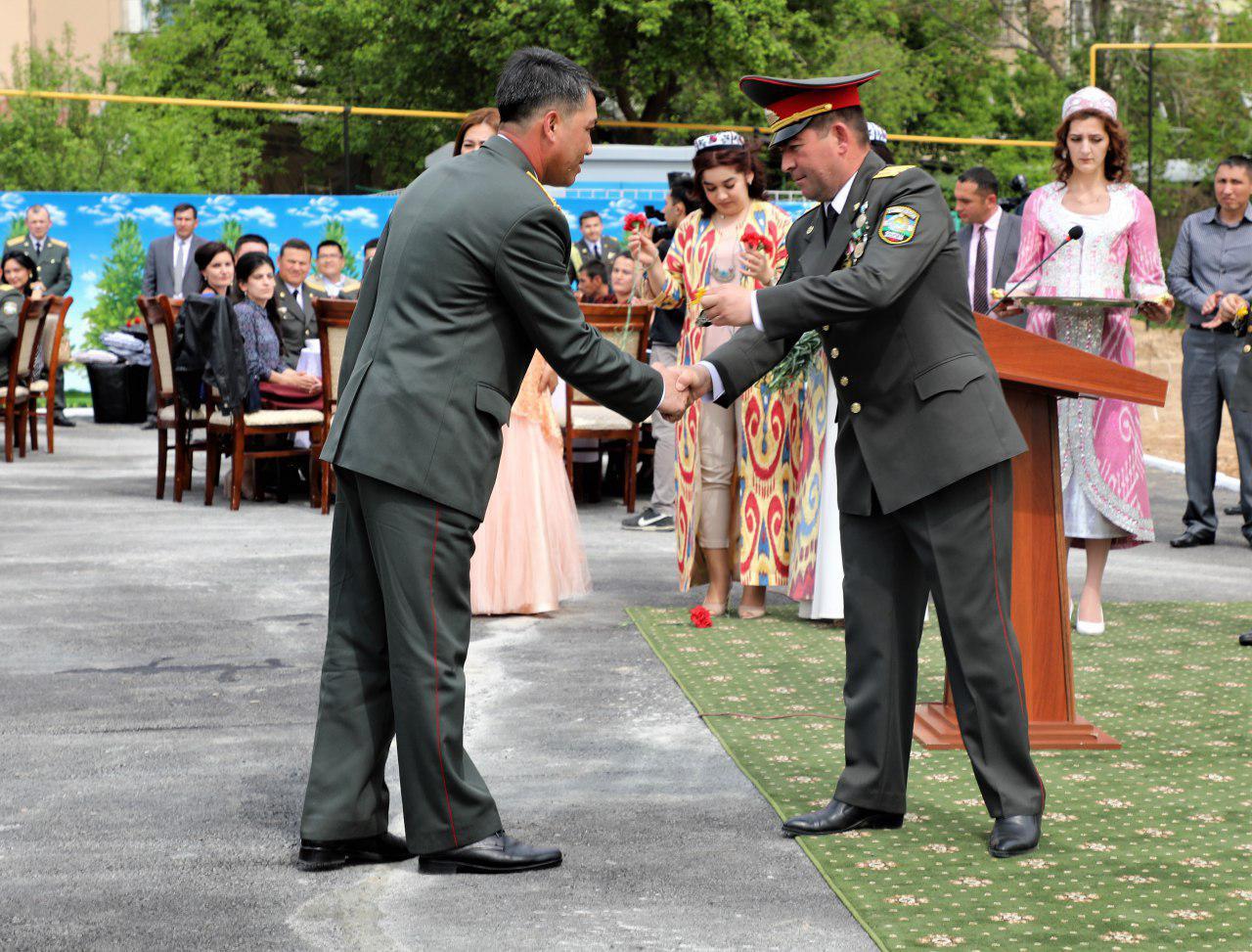 Группе военнослужащих Минобороны Узбекистана вручены ключи от новых квартир