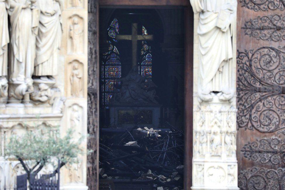 Разбитое сердце Парижа: Нотр-Дам после пожара (фото)