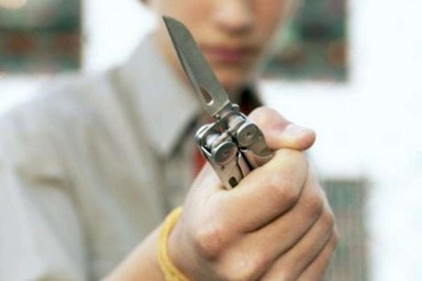 Нож в руках подростка