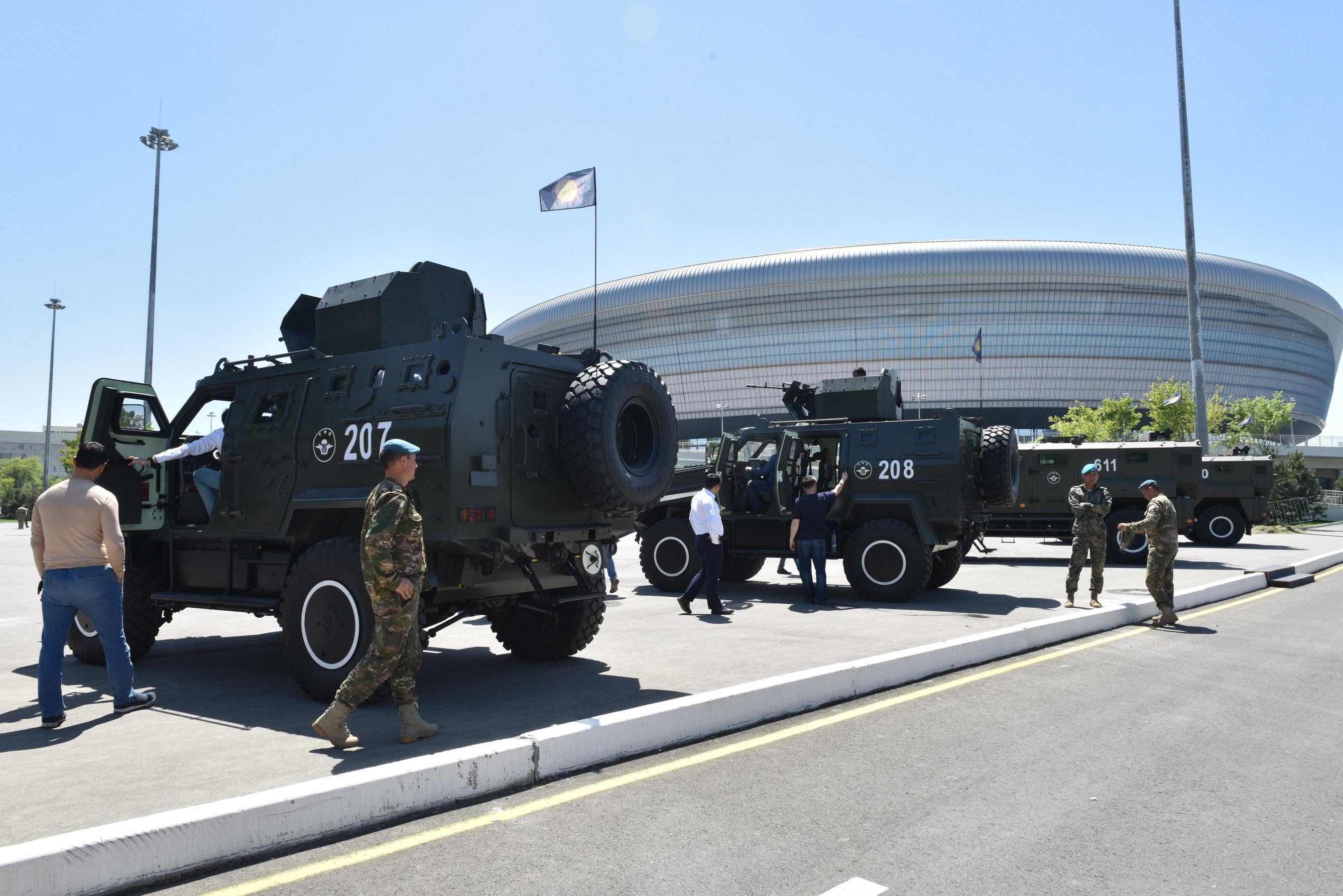 Полевая кухня, оркестр и военная техника: у ледового комплекса Humo Arena начались народные гулянья