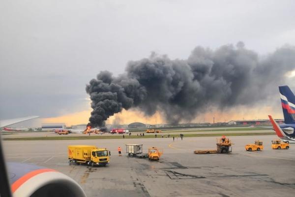 """В Шереметьево при посадки загорелся пассажирский самолет. Проблемы российского """"Суперджет"""""""