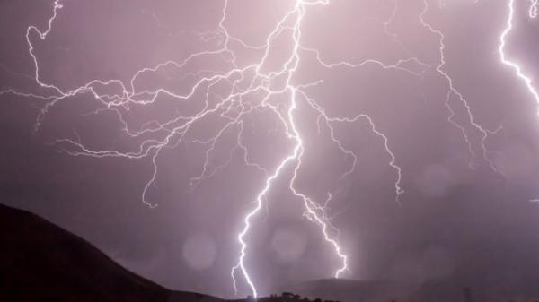 Почему удар молнии не опасен для самолета, в котором вы летите