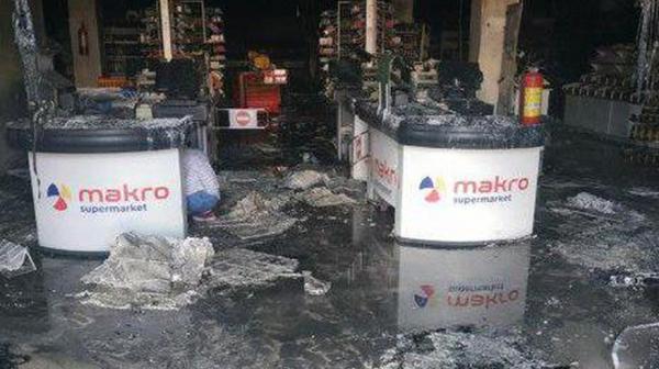 """Сегодня ночью вспыхнул один из супермаркетов сети """"Makro"""""""