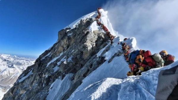 Десятая смерть на Эвересте. Но очередь к самому высокому пику мира не убывает