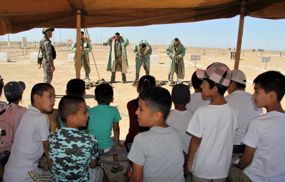 Отцы и дети: дети военнослужащих побывали на полигоне вместе с родителями