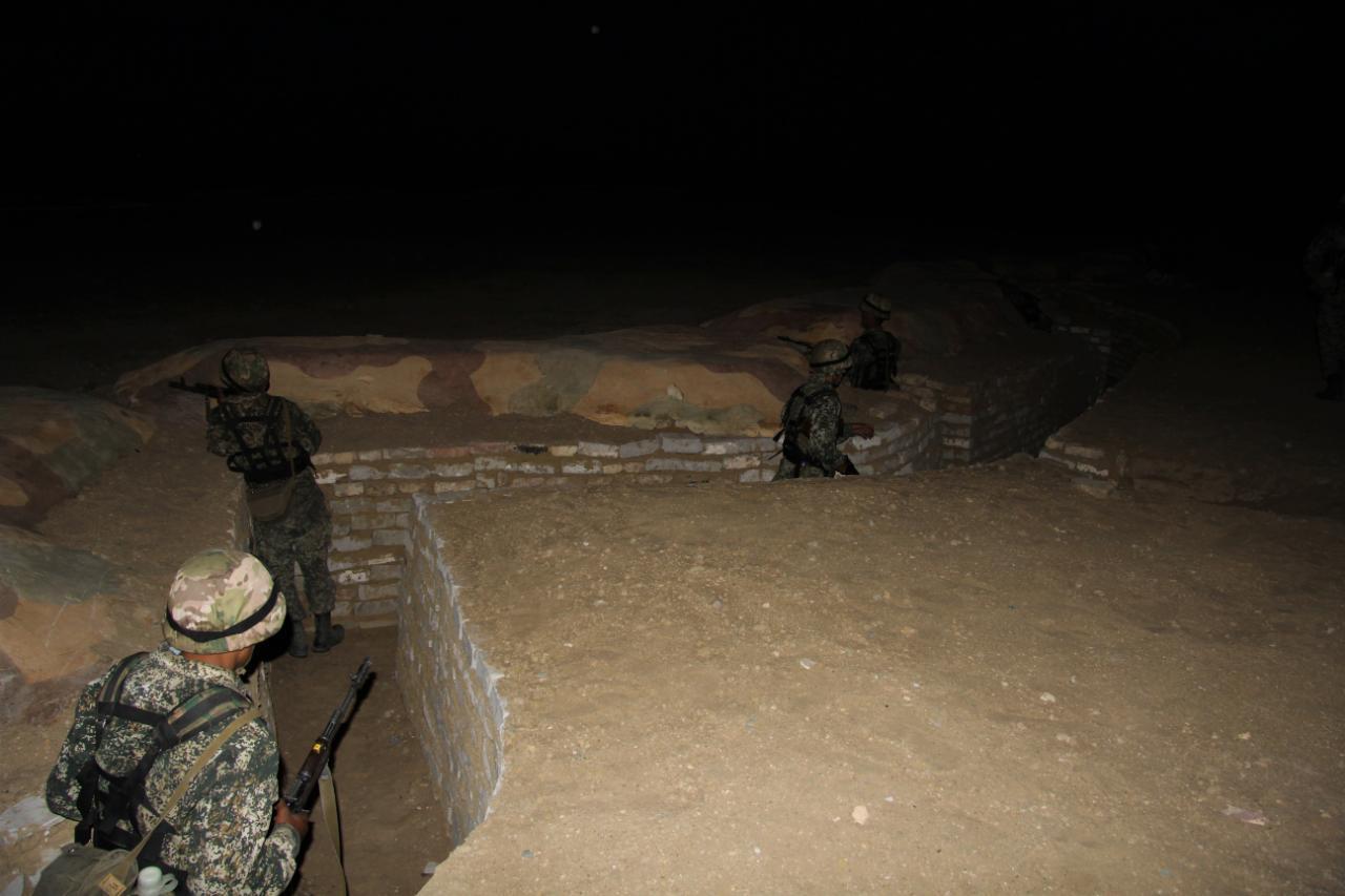 Ночные стрельбы: солдат срочной службы обучают владению оружием