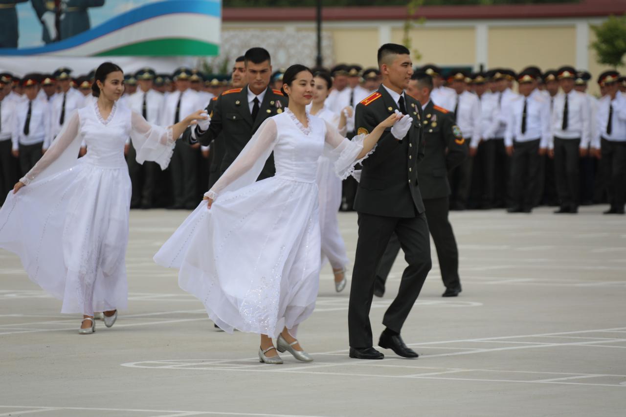 Выпускникам военных учебных заведений вручили дипломы и погоны лейтенантов