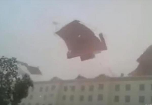 И крыши взлетели: в Каракалпакстане поднялась сильнейшая буря (видео)