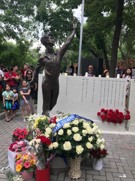 В Алматы открыт памятник погибшему год назад фигуристу Денису Тену (видео)