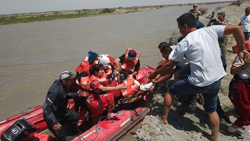 Спасатели МЧС вызволили 24 дехкан с островка на реке Зарафшан