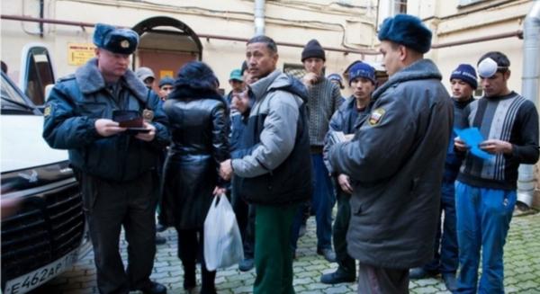Трех российских полицейских посадили за издевательства над мигрантами