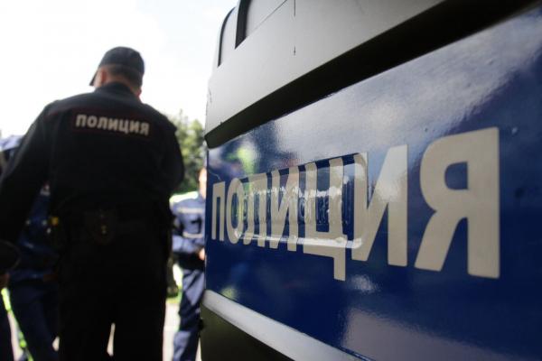 В Петербурге девушки заманили в квартиру гражданина Узбекистана, там его избили