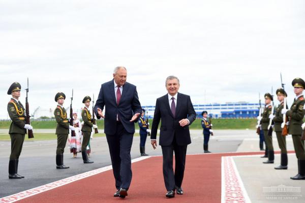 Шавкат Мирзиёев начал визит в Беларусь с возложения цветов к Монументу Победы