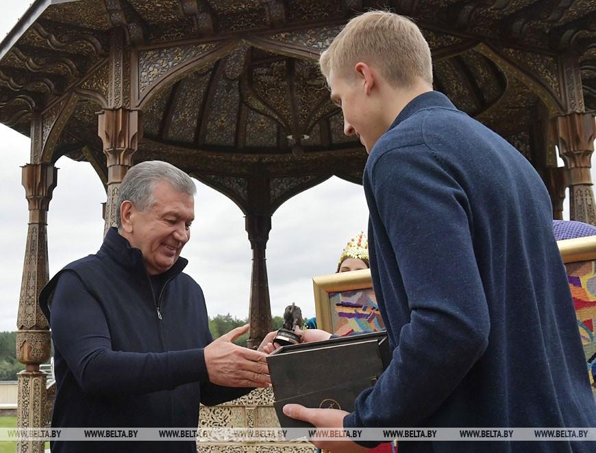 Лукашенко и Мирзиёев провели под Минском неформальную встречу и обменялись подарками (фото, видео)