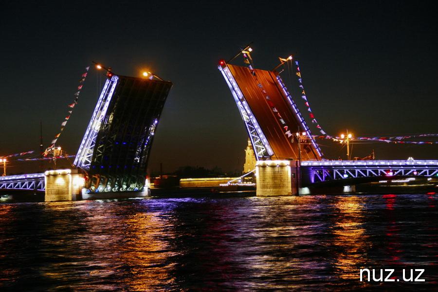 Зачем туристы едут в Питер: увидеть разводные мосты и пройтись по живописным крышам
