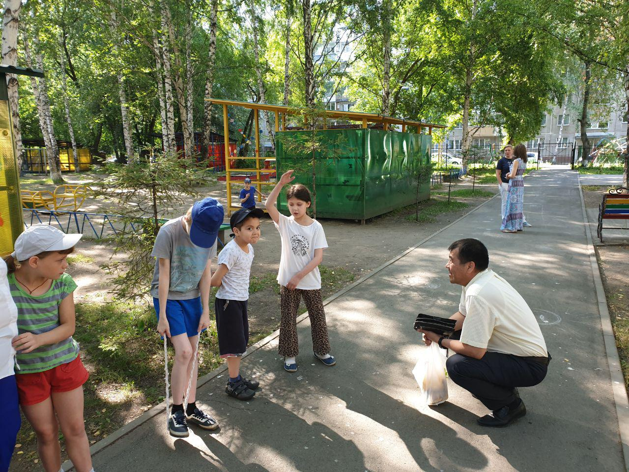 Дипломаты возвращают на родину двух из трех спасенных детей в Новосибирске