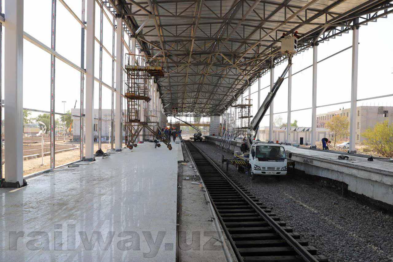 На надземной линии метрополитена началась прокладка железной дороги