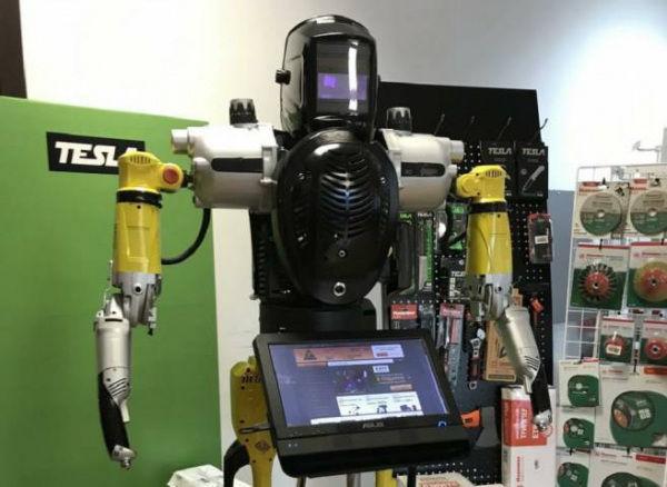 В магазинах российской сети «220 Вольт» начал работу робот-переводчик с узбекского языка