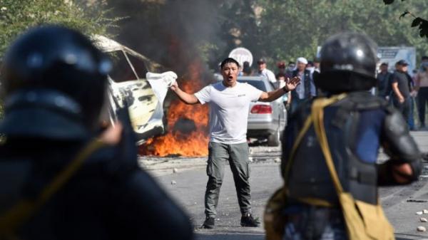 В центре Бишкека силовики разгоняют толпу после задержания Атамбаева