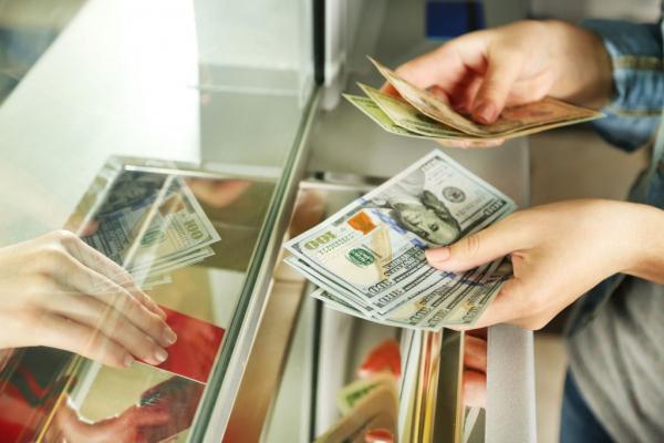 За один день банки продали узбекистанцам почти 15 миллионов долларов