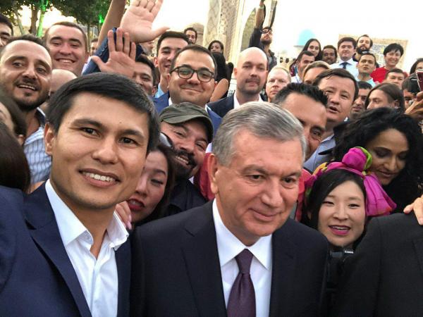 Историческое селфи: Шавкат Мирзиёев встретился с отечественными и зарубежными блогерами (видео)
