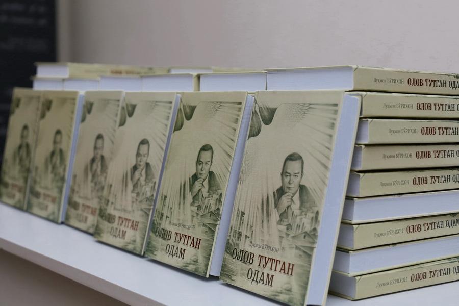 Советский период работы Ислама Каримова освещен в романе Лукмона Бурихона «Олов тутган одам»