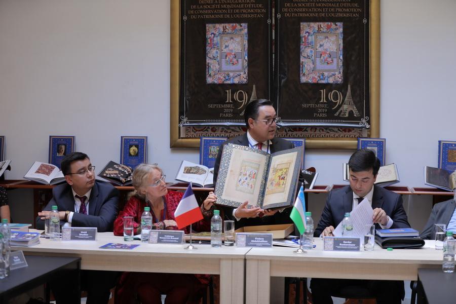 Делегация из Узбекистана в Париже ознакомилась с оригиналом книги, принадлежавшей великому Мирзо Улугбеку