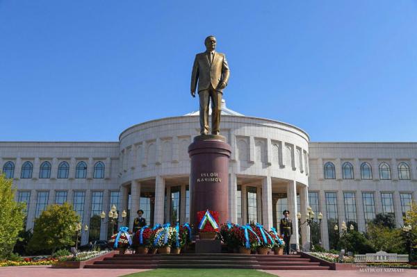 Шавкат Мирзиёев почтил память Ислама Каримова