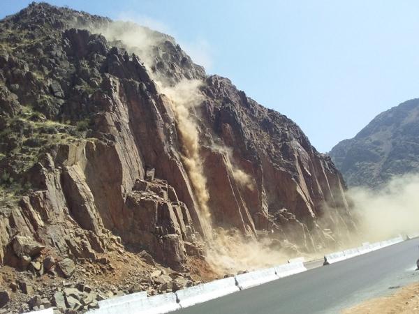 МЧС сносит участок скал в опасной зоне перевала Камчик
