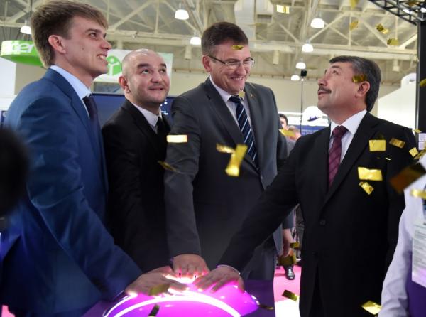 Исторический момент: в Ташкентском метро наконец-то появились связь и интернет