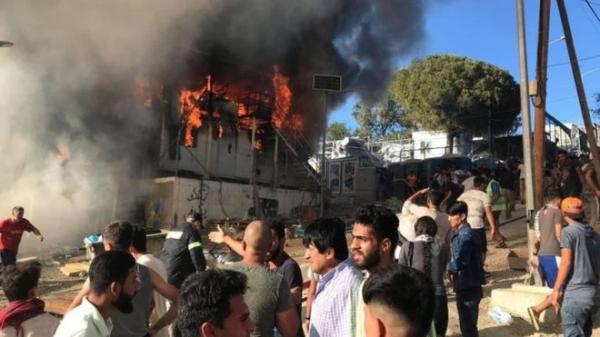 Пожар вызвал беспорядки в перенаселенном лагере беженцев в Греции